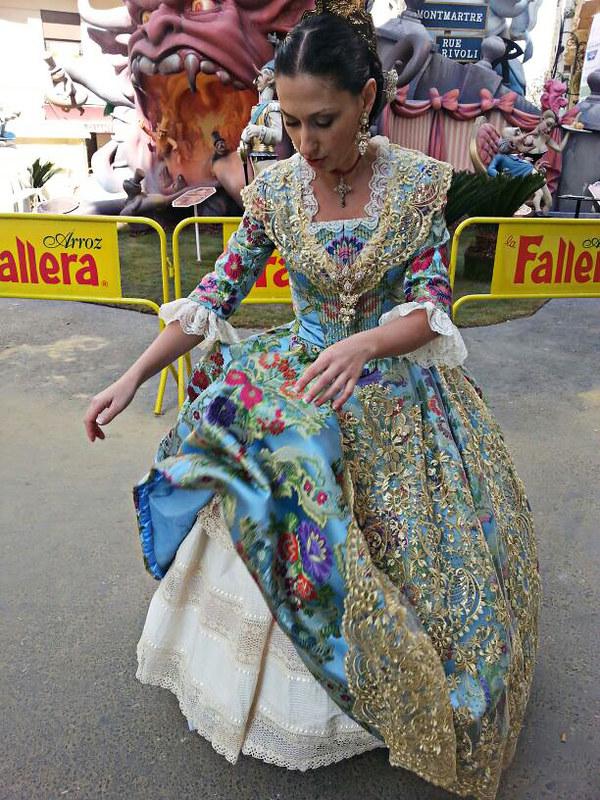 Fallas, fallera, Ofrenda, Valencia, traje, aderezo, moños, fiesta regional,