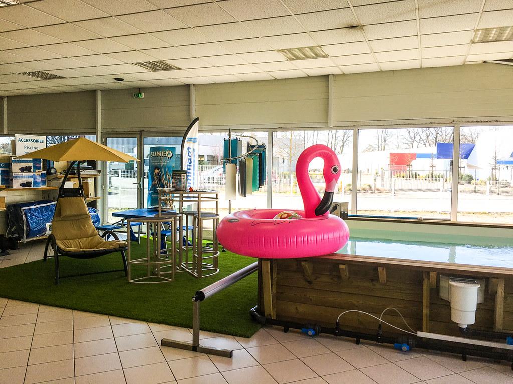 Exposition-de-piscine-bois-de-gonflable-et-de-mobilier-de ...
