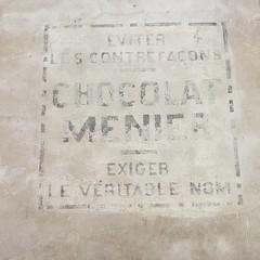 J'adore cette pub peint sur le mur dans mon quartier ! Même le chocolat est touché par la contrebande ! #pub #inmytown
