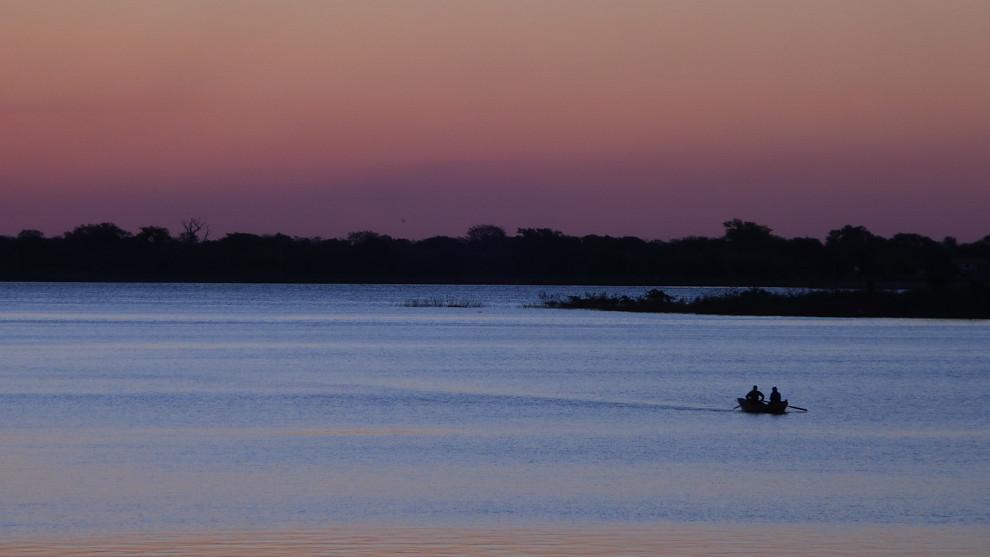 Mientras atardecía en la Bahía de Asunción dos personas viajaban lentamente remando en bote, una vista que todos los presentes en la costanera pudieron disfrutar. (Tetsu Espósito).