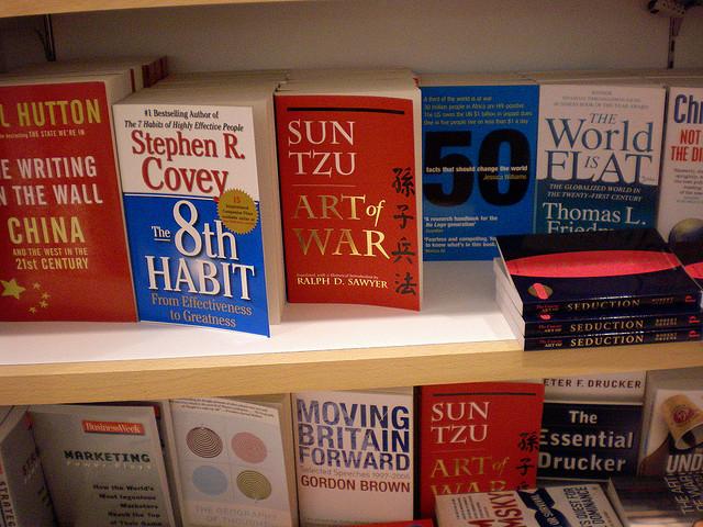 国際空港内の書店の書棚