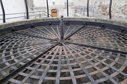 puits château nitra slovaquie cour extérieur métal rouille géométrie cercles poignéeforgée murs porte profond aperçu couvercle