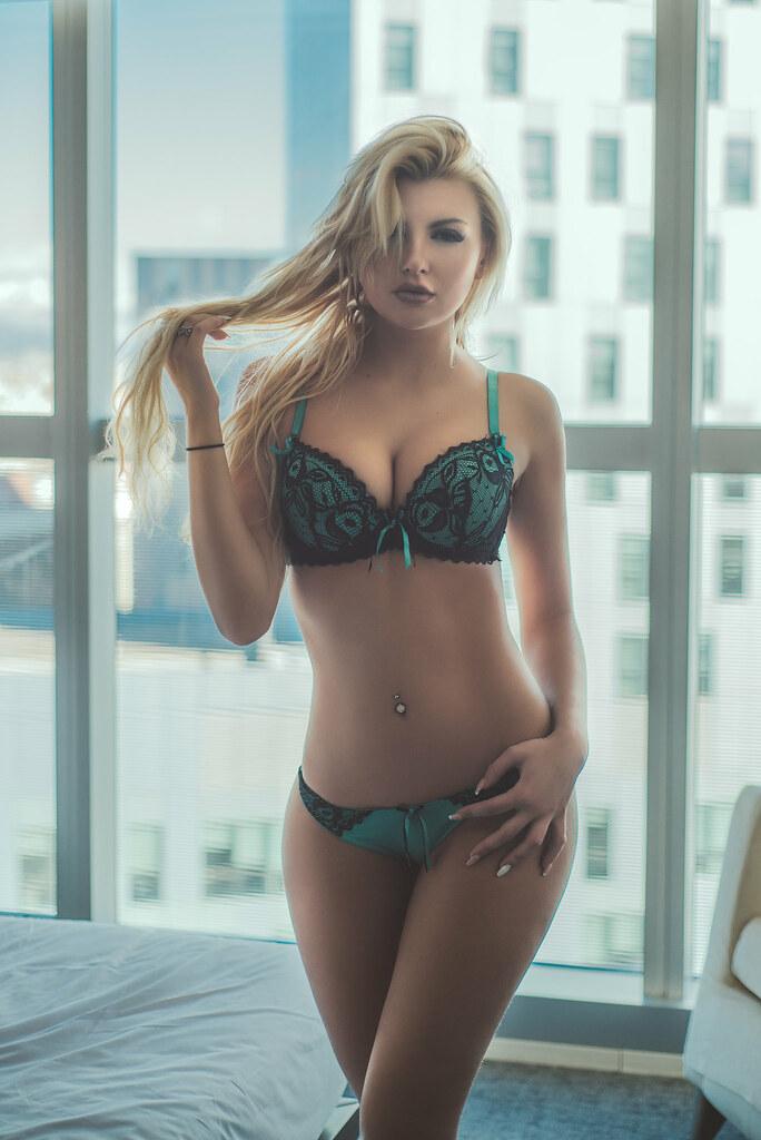 sexy blondiene