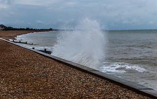 De belles petites vagues sur la plage de Kingsdown