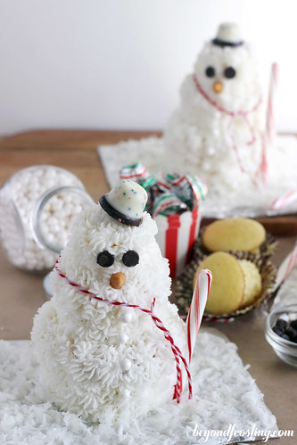 DIY Cupcake Snowman | beyondfrosting.com | #cupcake #snowman #christmas