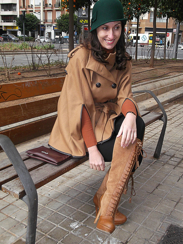 Capa caldera, preppy, leggings de montar negros, botas mosqueteras, jersey, clutch burgundy, sombrero verde hoja, orange russet cape, riding black leggings, knee boots, burgundy clutch, green leaf hat, Naf Naf, Zara, Bershka, Bimba & Lola, Albero, Lowlita & You, Barbara Torrijos