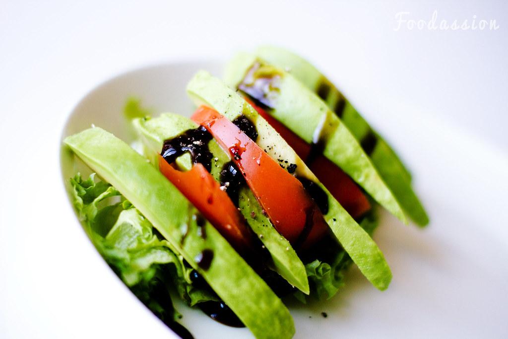 Avokado-tomaattilisäkesalaatti