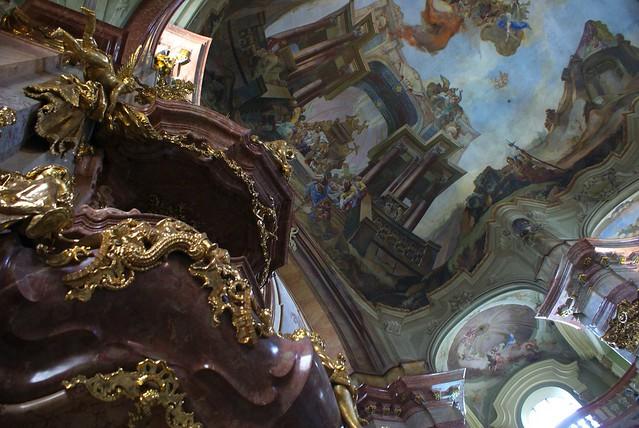 > Intérieur de l'église baroque Saint Nicolas dans le quartier de Mala Strana à Prague.