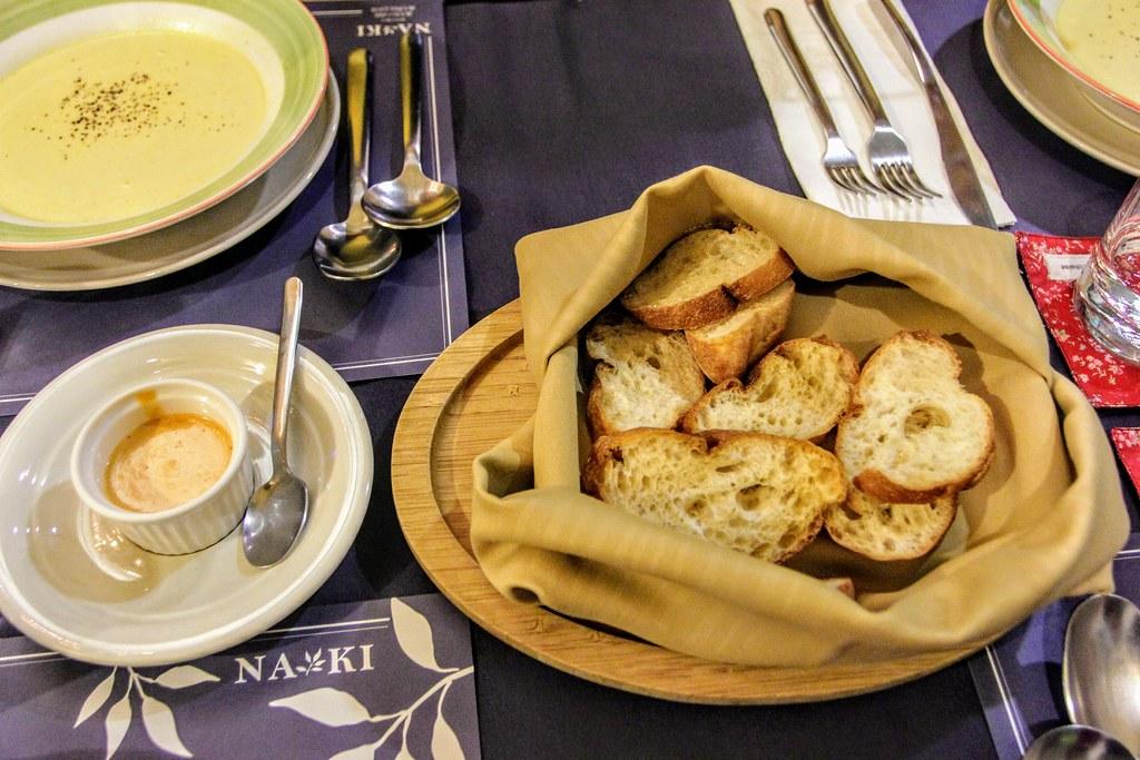 湯品與麵包,麵包可以沾著左下方的醬汁一起吃,不過我還是喜歡伴著湯吃啊