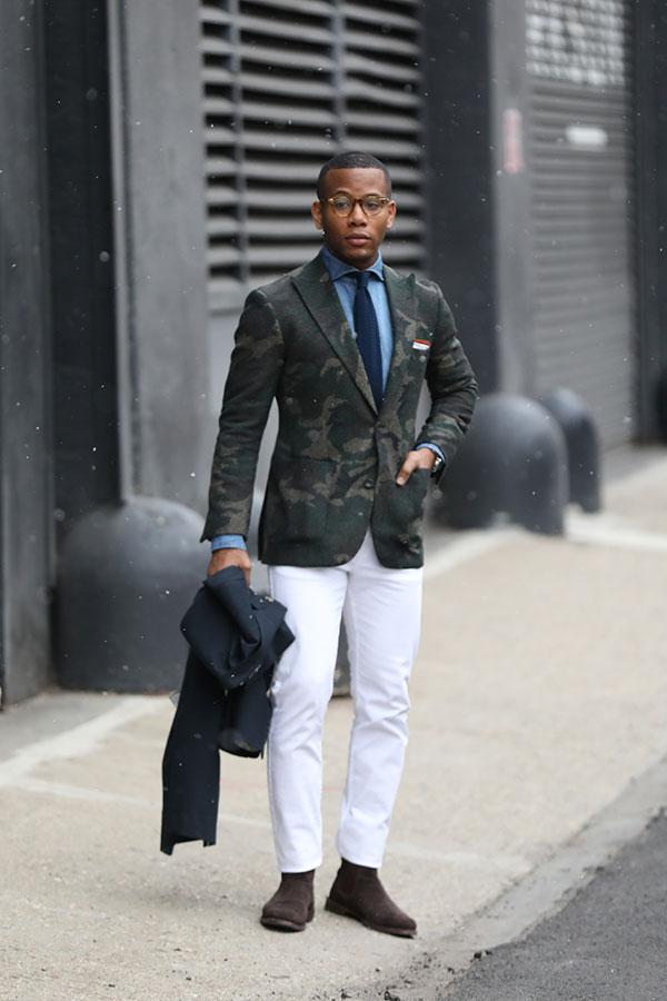迷彩テーラードジャケット×青シャツ×ネイビーソリッドタイ×白パンツ×ブラウンスエードサイドゴアブーツ