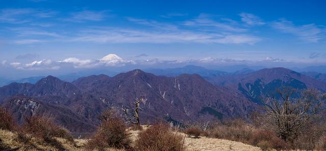 左より同角ノ頭、檜洞丸、熊笹ノ峰、大室山