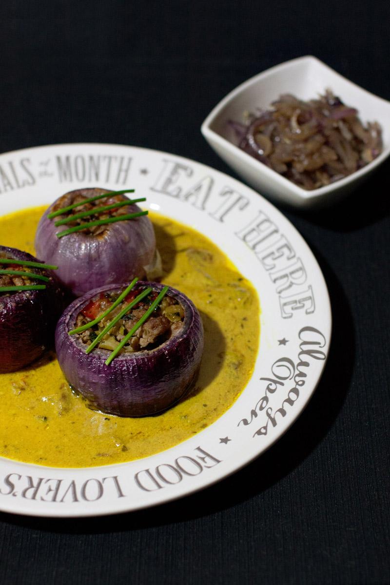 Receta sin almidón de cebollas rellenas sobre salsa de coco y cúrcuma