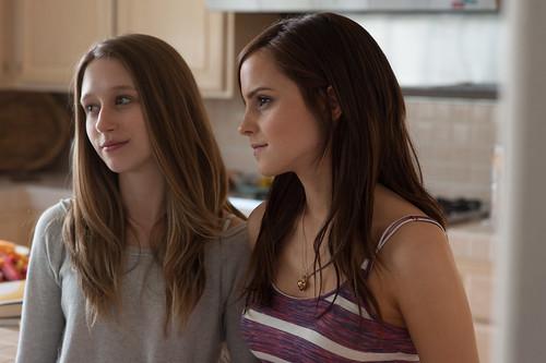 Taissa Farmiga és Emma Watson a Lopom a sztárom c. filmben