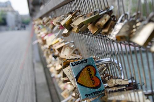problems with love locks - Paris passerelle Leopold Sedar Senghor