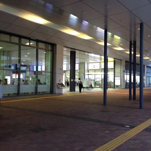 早朝の高知駅 by haruhiko_iyota