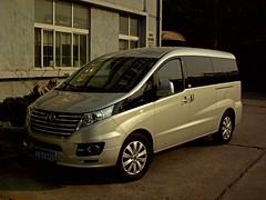 toyota alphard(0.0), mercedes-benz viano(0.0), mercedes-benz(0.0), automobile(1.0), van(1.0), sport utility vehicle(1.0), vehicle(1.0), minivan(1.0), mercedes-benz v-class(1.0), minibus(1.0), land vehicle(1.0), luxury vehicle(1.0),