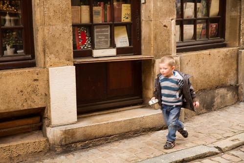 本屋の前を走る子