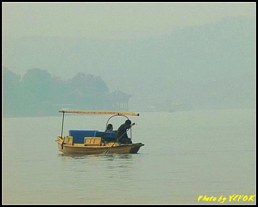 杭州 西湖 (其他景點) - 611 (古湧金門一帶 西湖上的小遊船 背景是西湖十景之 柳浪聞鶯)