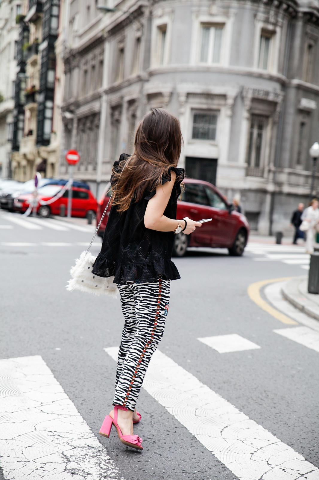 08_Pantalones_Zebra_Blusa_Boho_tacones_rosas_stradivarius_Theguestgirl_outfit_barcelona_streetstyle