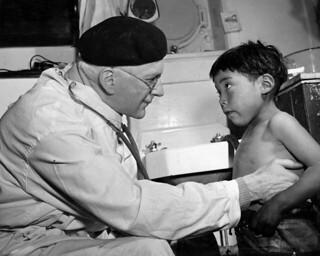 Dr. George Hooper examining Paulusie Inukuluk on the RMS Nascopie at Mittimatalik/Tununiq, Nunavut / Le Dr George Hooper examinant Paulusie Inukuluk à bord du RMS Nascopie à Mittimatalik/Tununiq (Nunavut)