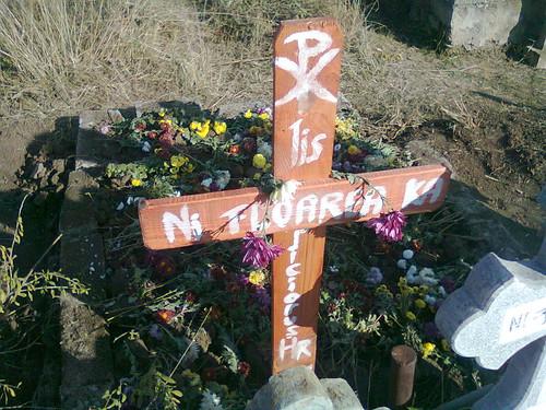 Mormantul cu flori