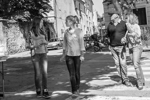 talk mädchen gespräch markt forcalquier hauteprovence france leicax1 frankreich 35mm art blackandwhite blick bw candid capture city elmarit hollyday leben leica monochrom noiretblanc reise scene schwarzweis street streetphotography streetview travel traveling urban urlaub view voyage woman wonderful x1 x1klima beautiful beauty beauté female femme femmes frau frauen menschenleben menschen mood teen teenager teens young urbanarte french français wunderbar flickr kunst fashion model nonnude