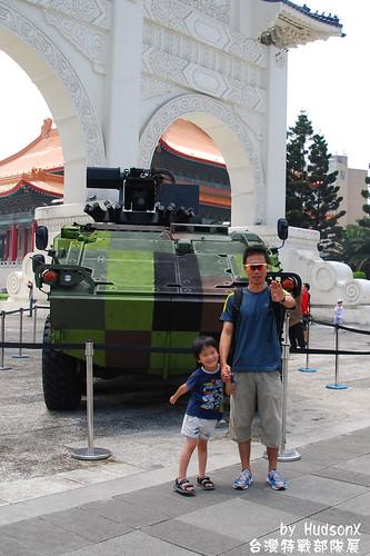 父子與雲豹裝甲車