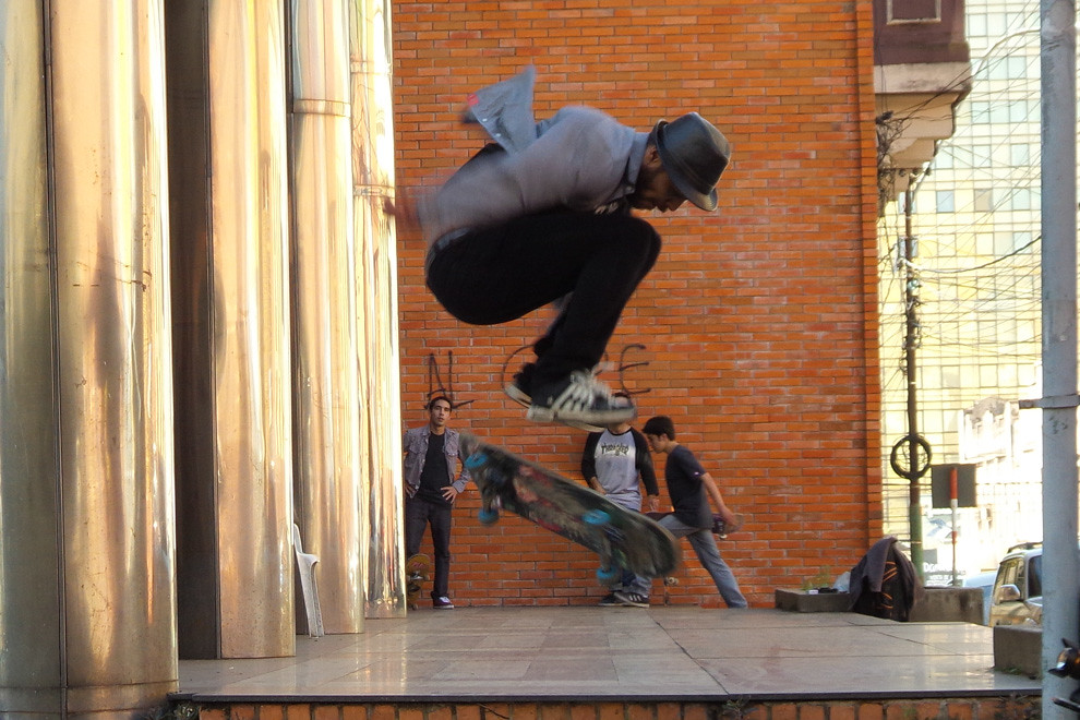 Skaters se reunen los fines de semana en distintos puntos del centro de Asunción aprovechando el escaso tráfico para realizar distintas acrobacias y probar nuevos trucos y piruetas  (Tetsu Espósito).