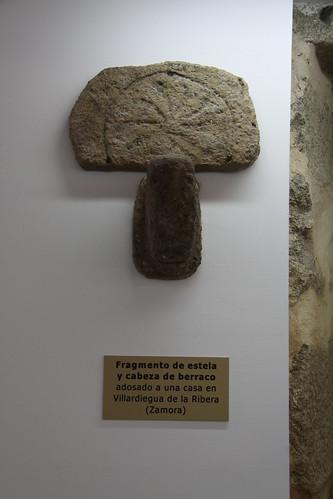 Fragmento de estela y cabeza de verraco adosada a vivienda