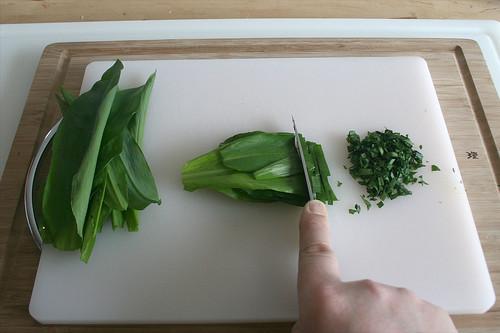 12 - Bärlauch zerkleinern / Mince wild garlic