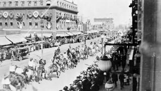 Cree riders in a parade celebrating the 250th anniversary of the Hudson's Bay Company, Edmonton, Alberta / Cavaliers cris dans un défilé célébrant le 250e anniversaire de la Compagnie de la Baie d'Hudson, Edmonton (Alberta)