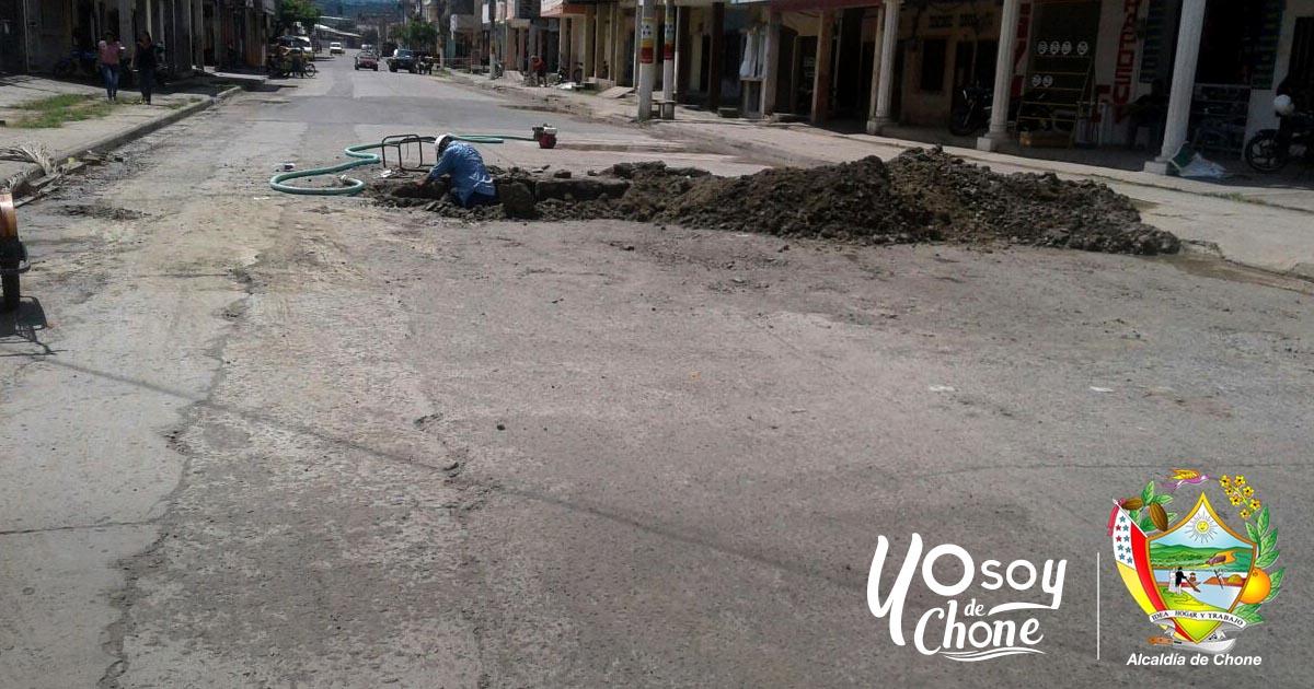 Hundimiento en la calle Mercedes de Chone empezó a repararse
