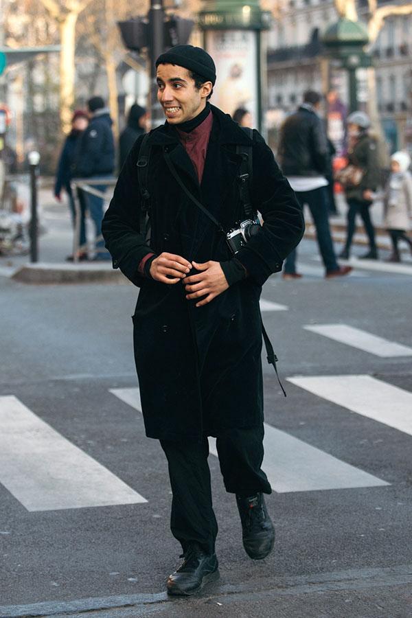 黒ワッチキャップ×黒ダブルボタンロングコート×バーガンディバンドカラーシャツ×黒パンツ×Reebokクラシックレザー黒