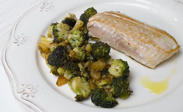 Salmón salvaje con brócoli y manzana ácida
