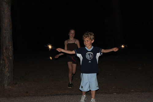 vali and izzy with sparklers