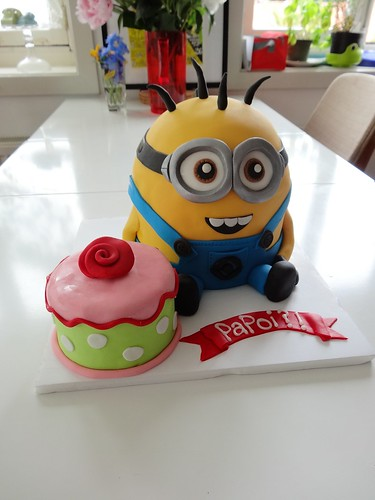 Minion Cake by CAKE Amsterdam - Cakes by ZOBOT