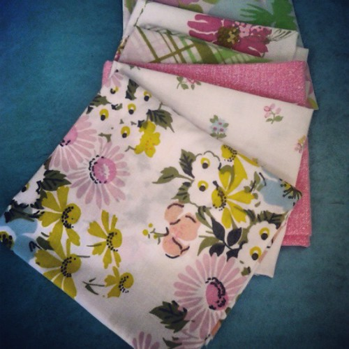Vintage sheet FQ giveaway on the blog today! www.craftytammie.com #sundayfunday #vintagesheets