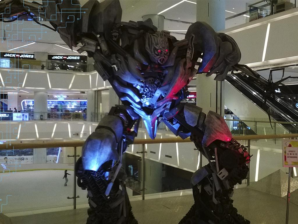 Dentro de um shopping, nos encontramos com muitas dessas réplicas de personagens do filme transformers