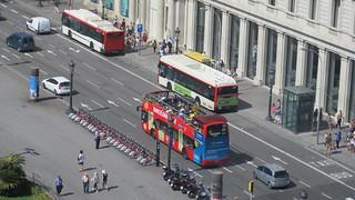 אוטובוס התיירים בכיכר קטלוניה (צילום מקורי מגג הקו