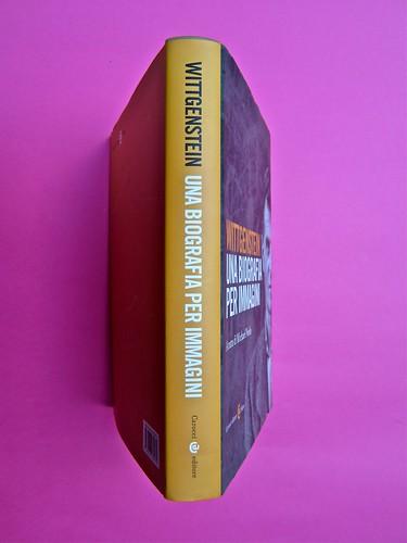 Michael Nedo (a cura di), Una biografia per immagini. Carocci 2013. Progetto grafico di Shoko Mugikura e Michael Nedo. Falcinelli & co. per l'ed. it. Quarta, dorso, prima di sovracoperta (part.) 1