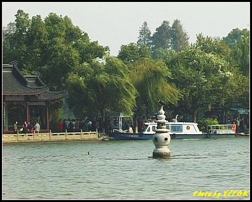 杭州 西湖 (其他景點) - 370 (西湖 湖上遊 往湖心亭 背景是小瀛洲上的三潭印月亭及其中一個石燈籠)
