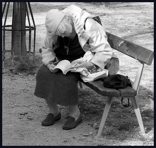 oude vrouw op bank by hans van egdom