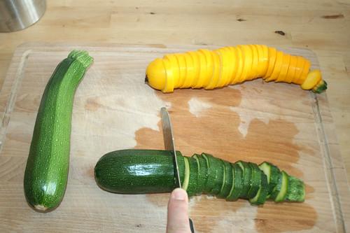 19 - Zucchini in Scheiben schneiden / Cut zucchini in slices