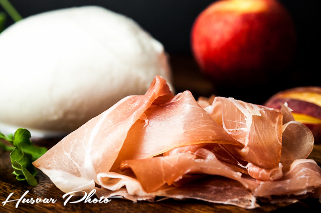 fresh and easy peach_and_prosciutto_pizza husvar_photo