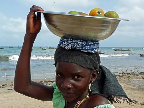 Niña en la playa de Tanji (Gambia)