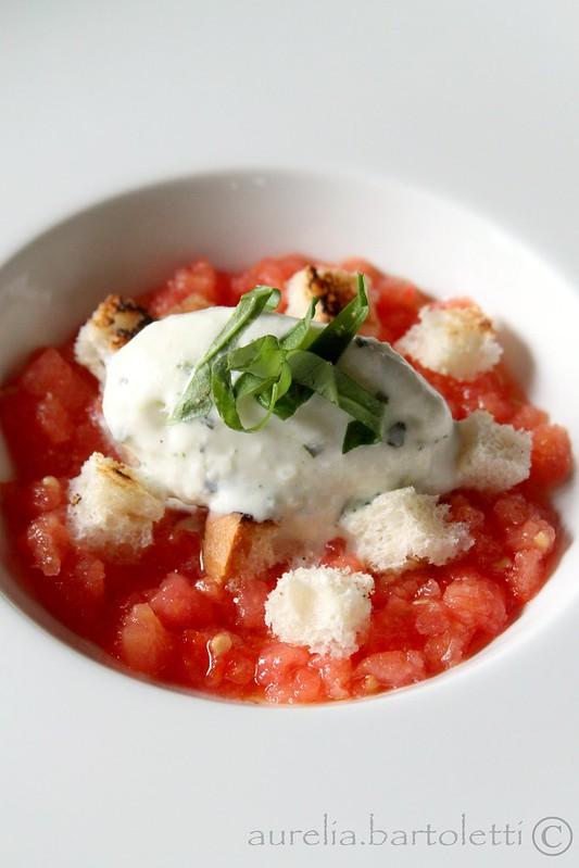 Gelato all'aglio e basilico su zuppetta di pomodoro e crostini croccanti (C)