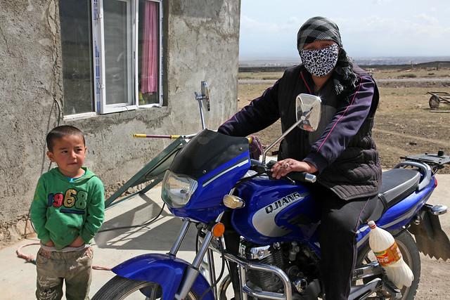 Mother and child in grassland, Barkol バルクル、草原の民家前にいた母と少年