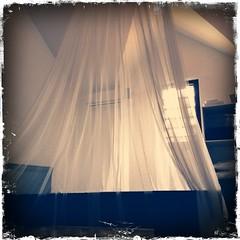 La moustiquaire, c'est l'inverse de la tente Décathlon : elle se défait en trois secondes, mais il faut une heure et demie pour la monter !