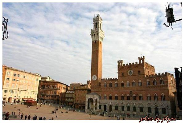 1108878286_貝殼廣場旁的市政大樓與鐘塔