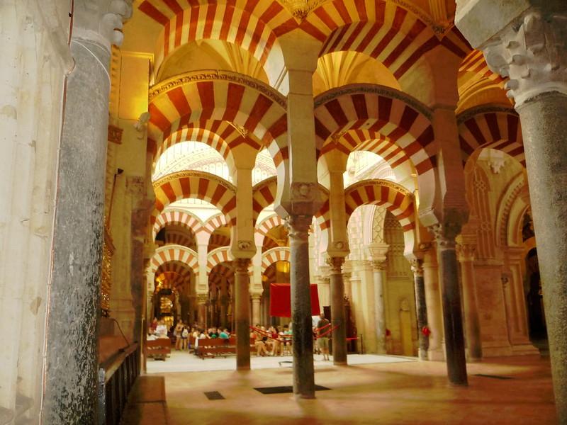 Blick vom Nordostende der Mezquita durch die Kirche zum Eingang